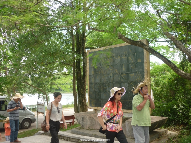 Vietnamese people come back to visit the Truong Son Cemetery